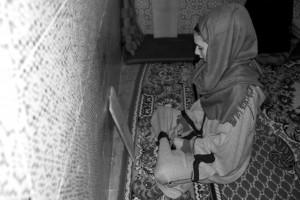 En av Wazzaniyyahs studenter studerar Koranen