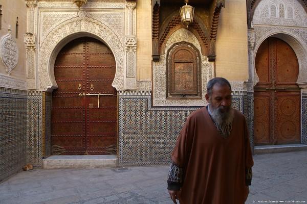 """Profeten, sallallahu 'alayhi wa sallam, sade: """"Sitt med de äldre, fråga de med kunskap och umgås med de visa"""" (Tabarani)"""