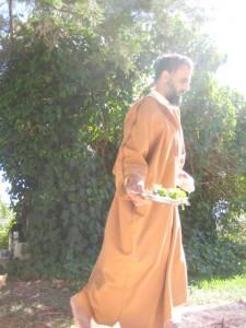 Qur'an-läraren 'Ammar dukar fram maten ute i gräset