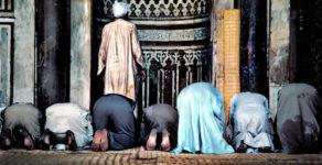Kan man be framför imamen?